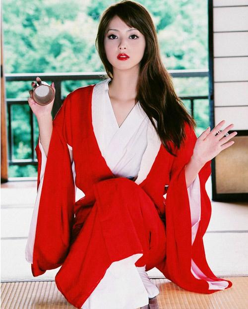 """Bơm ngực, siêu mẫu Nhật """"nóng"""" hơn"""