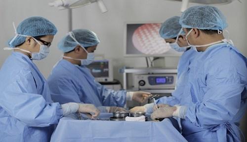 thực hiện phẫu thuật nâng ngực